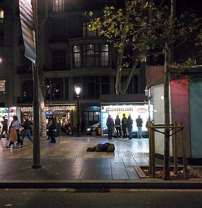 pessoa em situação de rua, na calçada da cidade, à noite... rua movimentada de pedestres passando