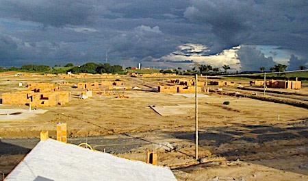 Bairro em construção: se trata do novo assentamento, distante das siderúrgicas
