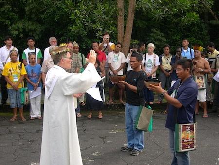 dom franco masserdotti abençoa os indigenas durante a missa com os indigenas em ambiente amazonico