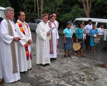 Dom franco masserdotti com um grupo de padres e leigos continuam a clebraçao da missa com os indigenas