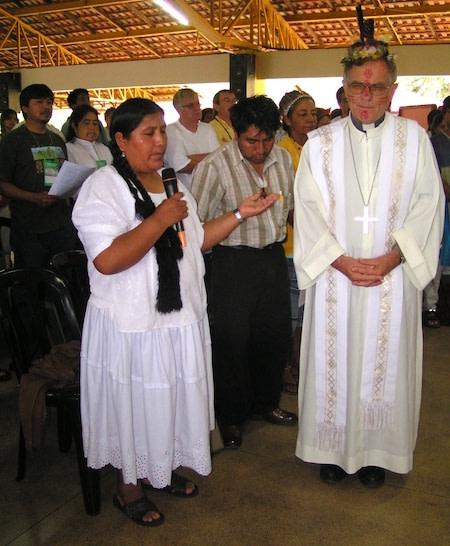 Mulher indigena fala durante a celebração em ambiente indigena e amazonico