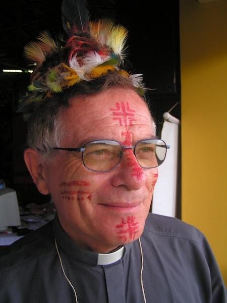 Rosto de dom Franco masserdotti pintado para celebração eucarística em ambiente indígena e amazonico