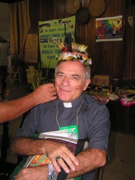 Dom franco masserdotti está sendo pintado no rosto, em preparaçao para a missa com os indigenas em ambiente amazonico