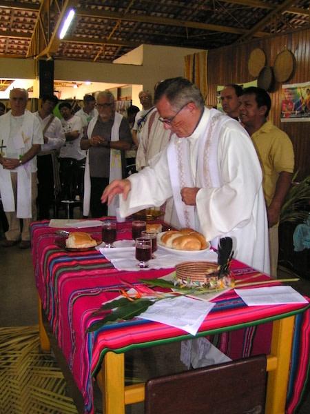 Liturgia da missa com os indigenas, presidida por dom franco masserdotti. Uma liturgia inculturada...