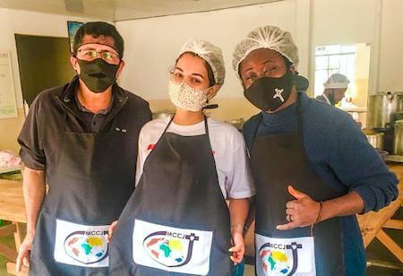 durante a pandemia o amor, serviço e trabalho do padre jorge benavides, do padre lionel Dodji e de leigas e leigos ajudaram muitas pessoas em situação de rua; escola saude missao combonianos brasil