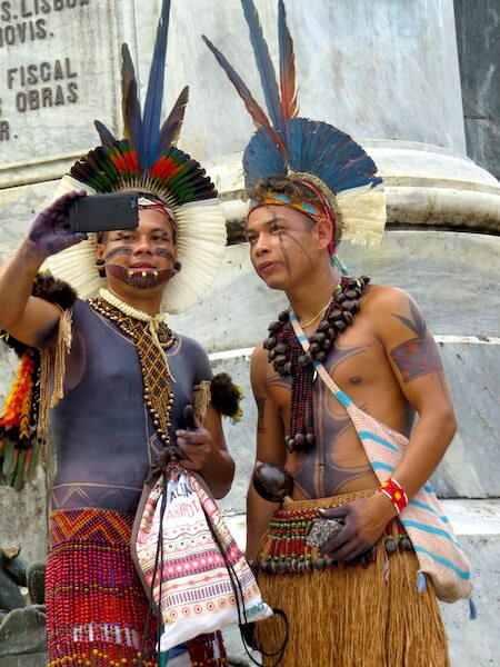 jovens indigenas urbanos em Salvador fazendo uam selfie durante o forum social mundial, em 2018